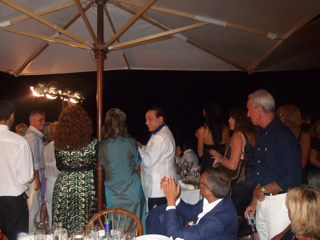 Silvio Berlusconi applaude i fuochi dartificio 14-08-07 a Villa Anna Copia